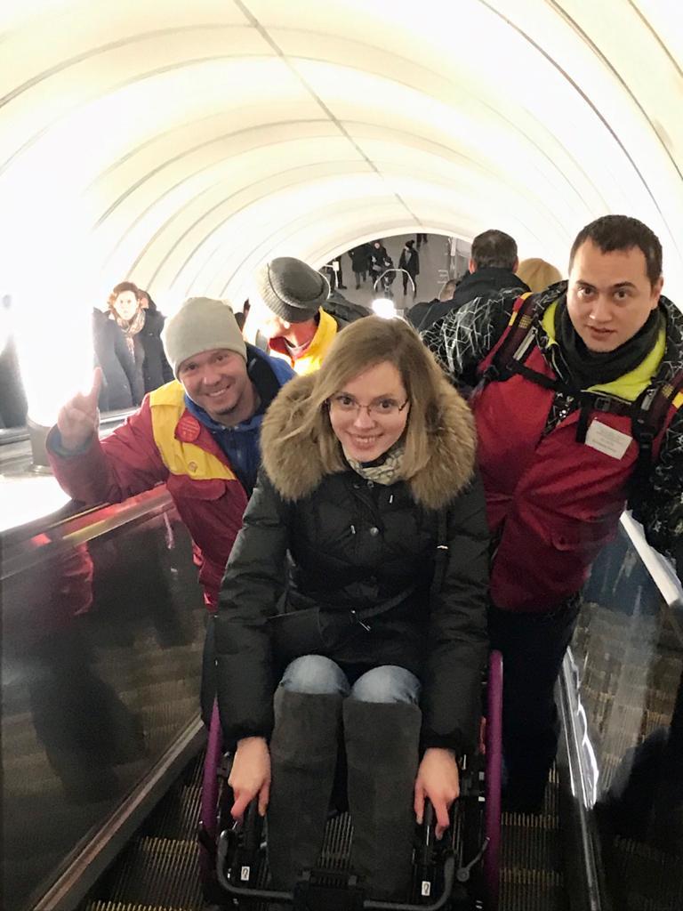 Я в метро на эскалаторе вместе со службой сопровождения Московского метрополитена (Центр обеспечения мобильности).