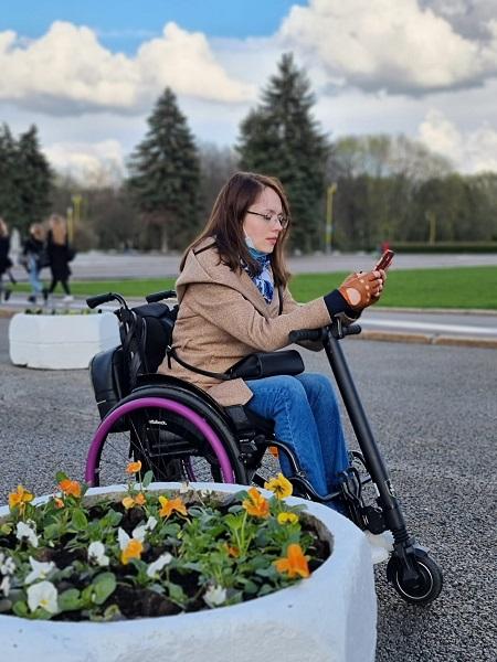 Татьяна на активной инвалидной коляске с электроприставкой.