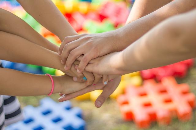 Фотография рукопожатия нескольких людей
